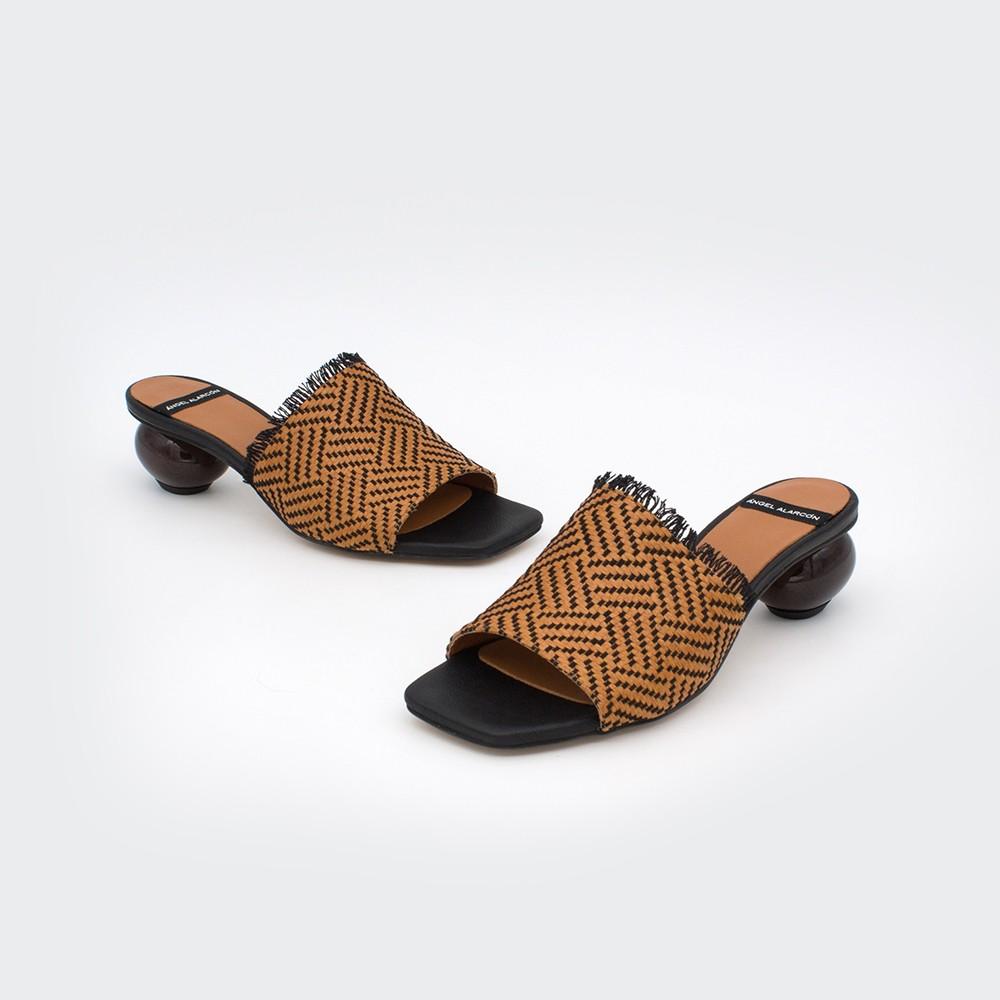 rafia marrón y negra PALAW - Zueco con tacón de diseño bajo zapatos primavera verano 2020 mujer Ángel Alarcón flecos