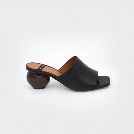 SOCOTRA - Zueco de piel de tacón medio de diseño color negro. Zapatos Primavera verano 2020 Ángel Alarcon. España