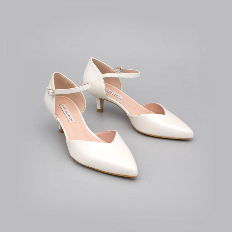 ELOISE piel blanca palo Zapatos bajos con pulsera de punta cerrada - zapatos de novia y fiesta Angel Alarcon 2020