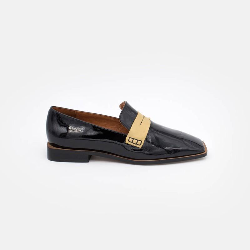Mocasín de mujer con punta cuadrada de charol negro con antifaz de color arena. Zapatos invierno 2020 2021. 20575-535B - DEVON.