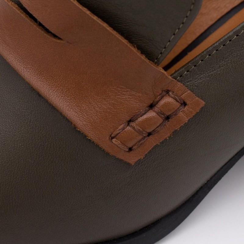 20605-507F CHILOE Mocasin de tacon, punta cuadrada, de piel y adorno antifaz invierno 2020 2021 zapato mujer verde oliva y cuero