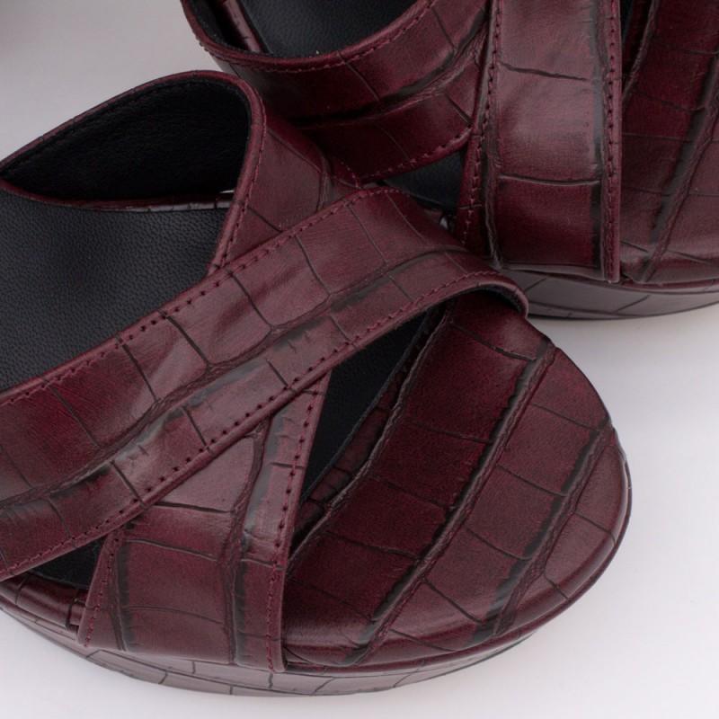 HELLENY - Sandalias cómodas con plataforma y tacón ancho. Piel cocodrilo burdeos. Zapatos de fiesta y novia 2020 2021. Mujer