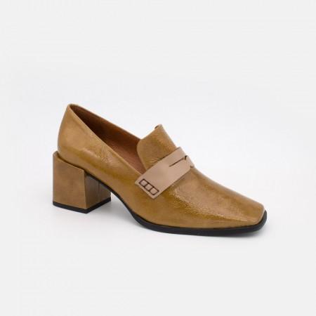 20605-507F CHILOE Mocasin de tacon con punta cuadrada, de piel y charol con adorno de antifaz cuero marron zapato de mujer 2021
