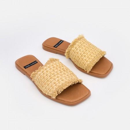 Sandalias planas de rafia para mujer con punta cuadrada. Zapatos online Angel Alarcon. Verano 2021