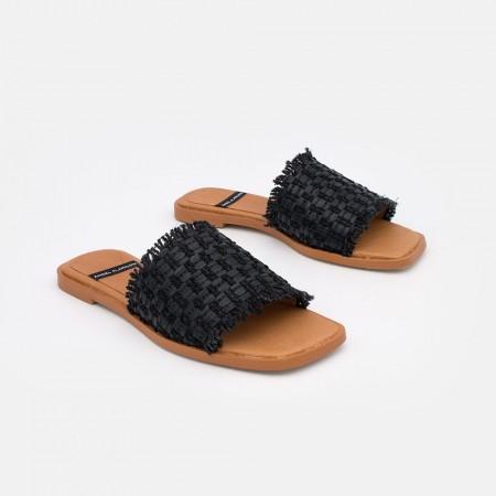 Sandalias negras planas de rafia para mujer con punta cuadrada. Zapatos online Angel Alarcon. Verano 2021