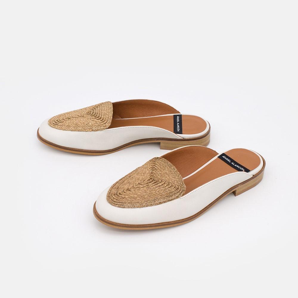 Zapatos de mujer blancos y naturales. Mocasines destalonados de piel y rafia de diseño. Primavera verano 2021- SAMOS 20140-645C
