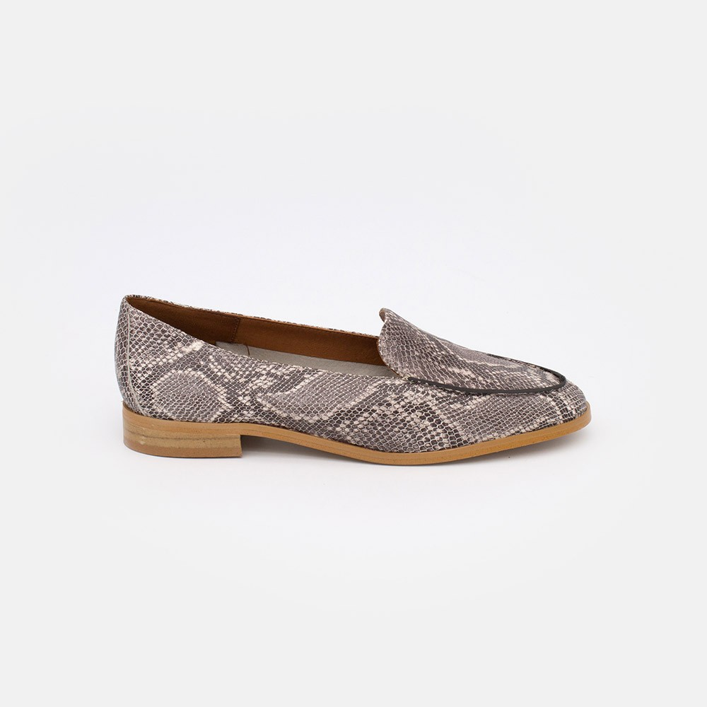 Zapatos piel print serpiente MEDES Mocasines de verano 2021 para mujer planos con punta redonda. Made in Spain