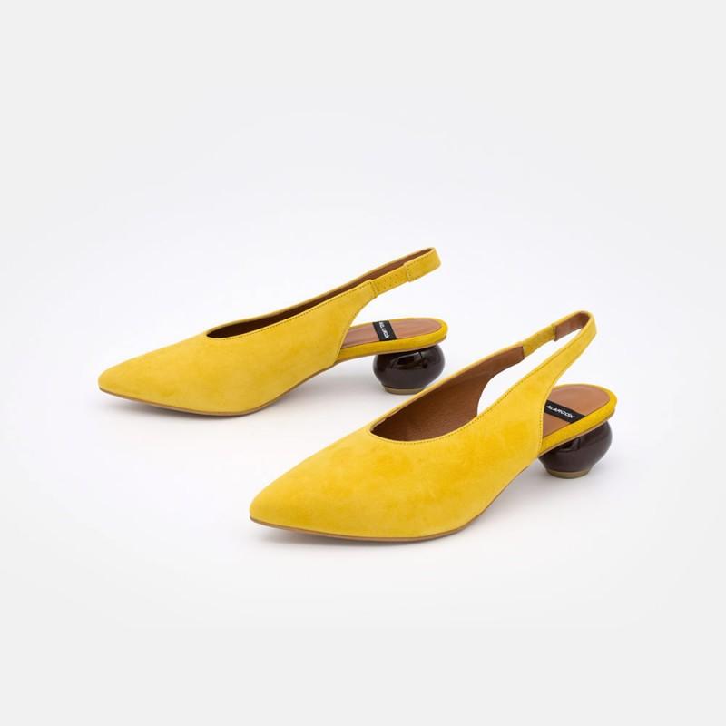 Ante amarillo mostaza tacón redondo. MILO - Zueco de punta fina con tacón medio de diseño. Verano 2021 Verano Ángel Alarcón