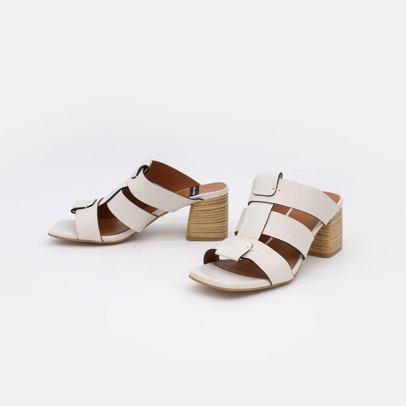 20029 piel blanco SILVA Sandalias de piel de estilo cangrejeras con tacón de madera verano 2021. Angel Alarcon. Zapatos mujer.