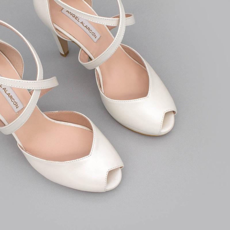 ANIKA Zapatos de novia 2020 tacón alto y plataforma peep toe sujeto Angel Alarcon fabricado en España boda hebilla piel blanco