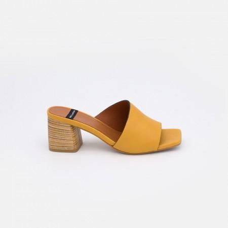 20030 piel amarillo mostaza EGINA Mule asimetrico de piel con tacon grueso de madera. primavera verano 2021 angel alarcon