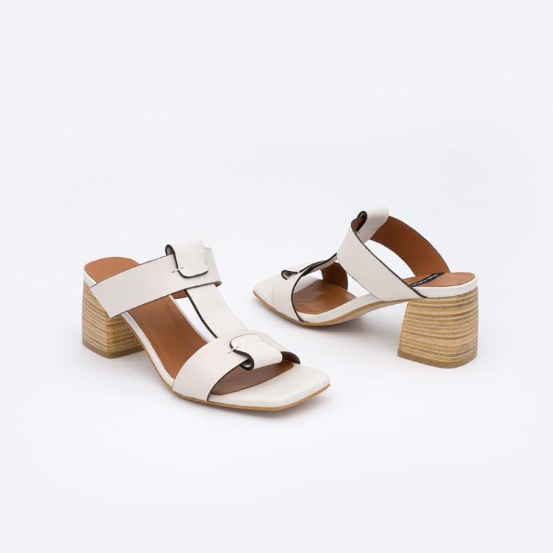 SACRA Sandalias de piel color blanco de tipo mule con tacón de madera. Zapatos mujer verano 2021. Ángel Alarcón 20359