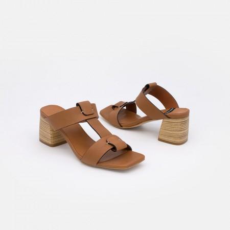 SACRA Sandalias de piel color marron cuero de tipo mule con tacón de madera. Zapatos mujer verano 2021. Ángel Alarcón 20359