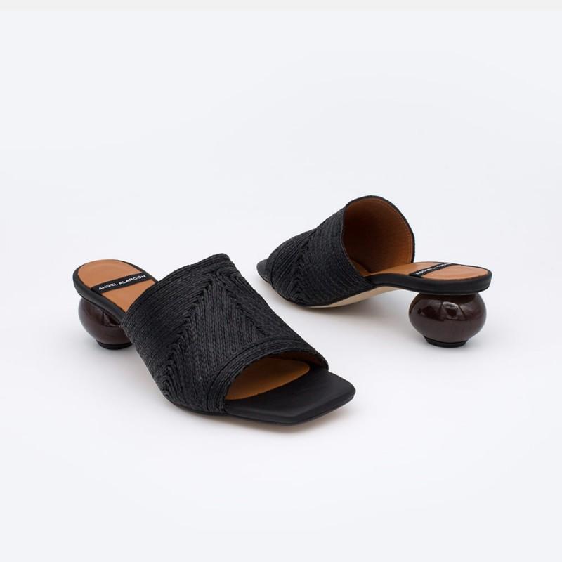 NOURA Mule de rafia negra con tacón bajo redondo de diseño. Zapatos mujer Ángel Alarcón 21090-145Q. Primavera verano 2021