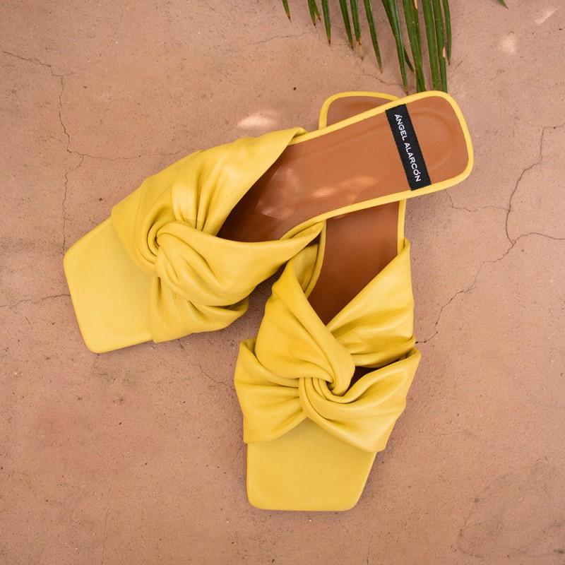 Zapatos mujer amarillos MALAK Sandalia plana de piel entrelazada tipo mule. Primavera verano 2021. Angel Alarcon 21133-979K