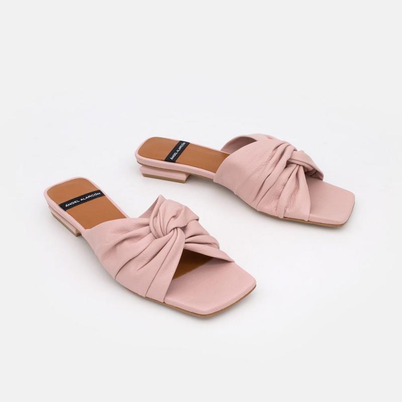 Zapatos mujer rosa palo MALAK Sandalia plana de piel entrelazada tipo mule. Primavera verano 2021. Angel Alarcon 21133-979K