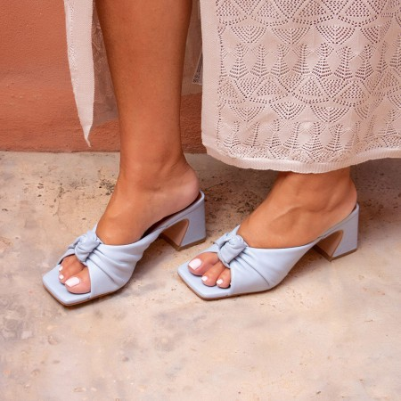 azul cielo celeste NIZAM Mule de piel con nudo de tacón ancho. Zapatos mujer sandalias verano 2021. Ángel Alarcón 21027-528B
