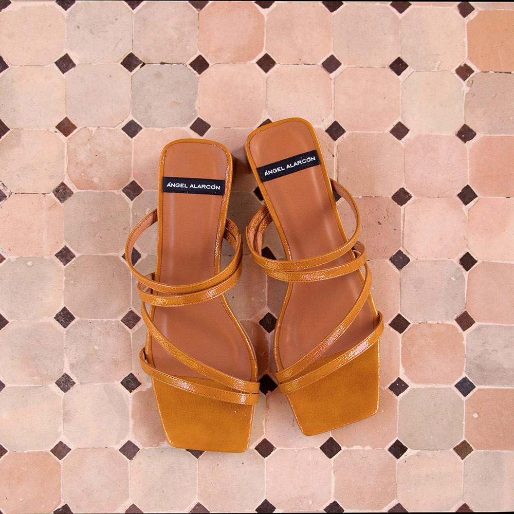 piel charol marrón cuero OLAYA Sandalia de tiras minimalista con tacon bajo. Zapatos mujer. Verano 2021 Ángel Alarcón 21092-253H