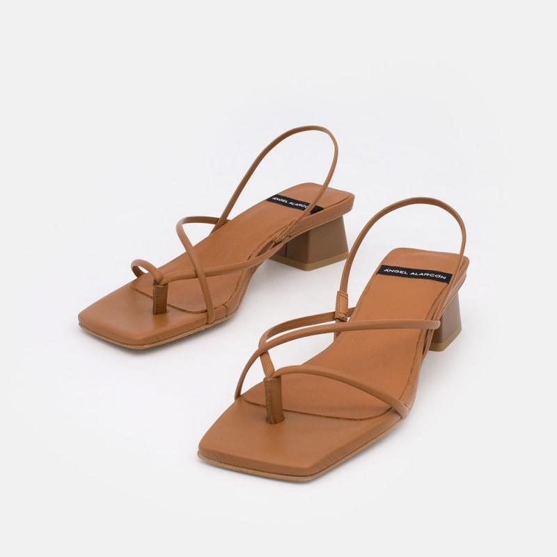 Zapatos mujer cuero piel. Sandalia de dedo de tiras cruzadas con tacón bajo. Verano 2021 Ángel Alarcón 21015-253I