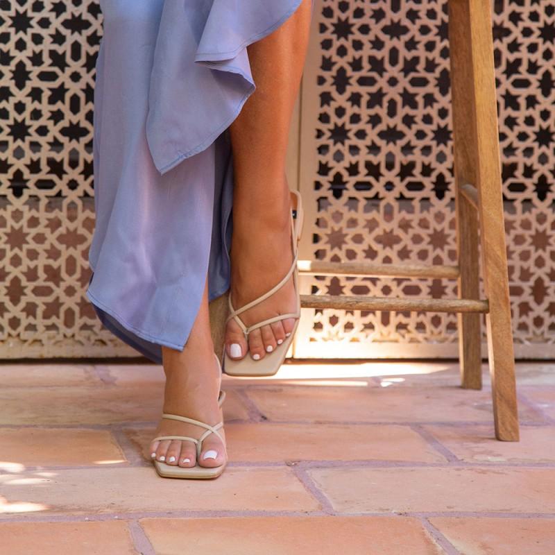 Zapatos mujer piel nude beig. Sandalia de dedo de tiras cruzadas con tacón bajo. Verano 2021 Ángel Alarcón 21015-253I
