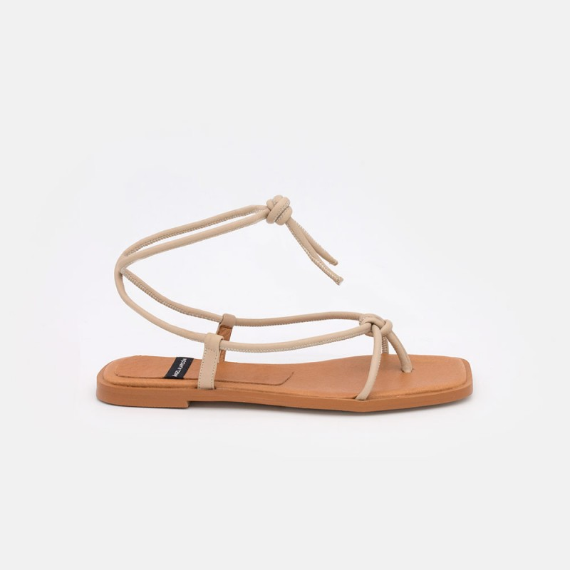 Zapatos mujer beig nude TAHERA Sandalias de dedo planas de cuerdas de piel atadas. Verano 2021 Ángel Alarcón 21010-016B