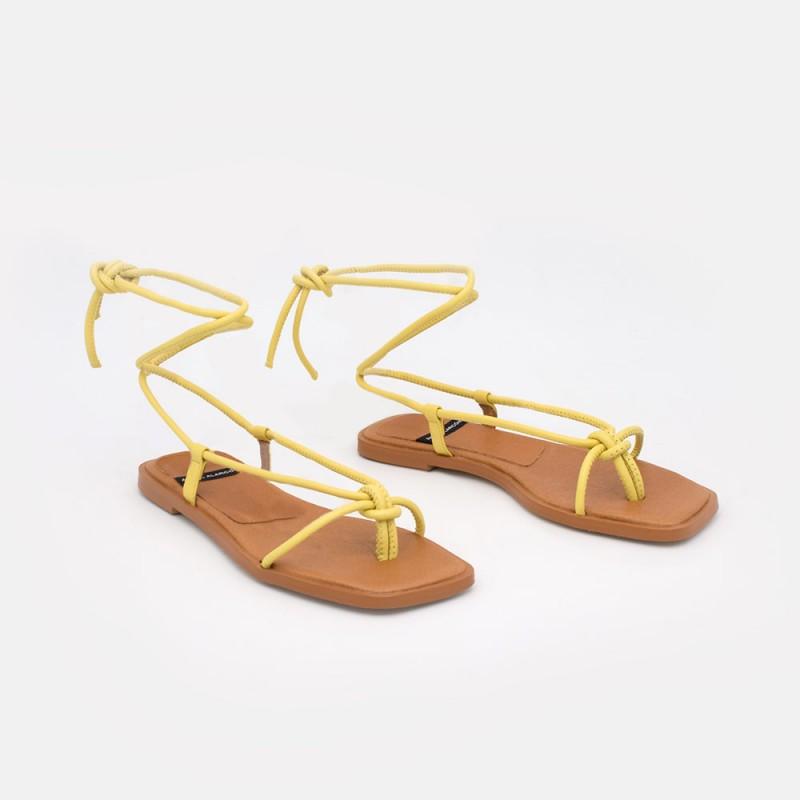 Zapatos mujer amarillo TAHERA Sandalias de dedo planas de cuerdas de piel atadas. Verano 2021 Ángel Alarcón 21010-016B