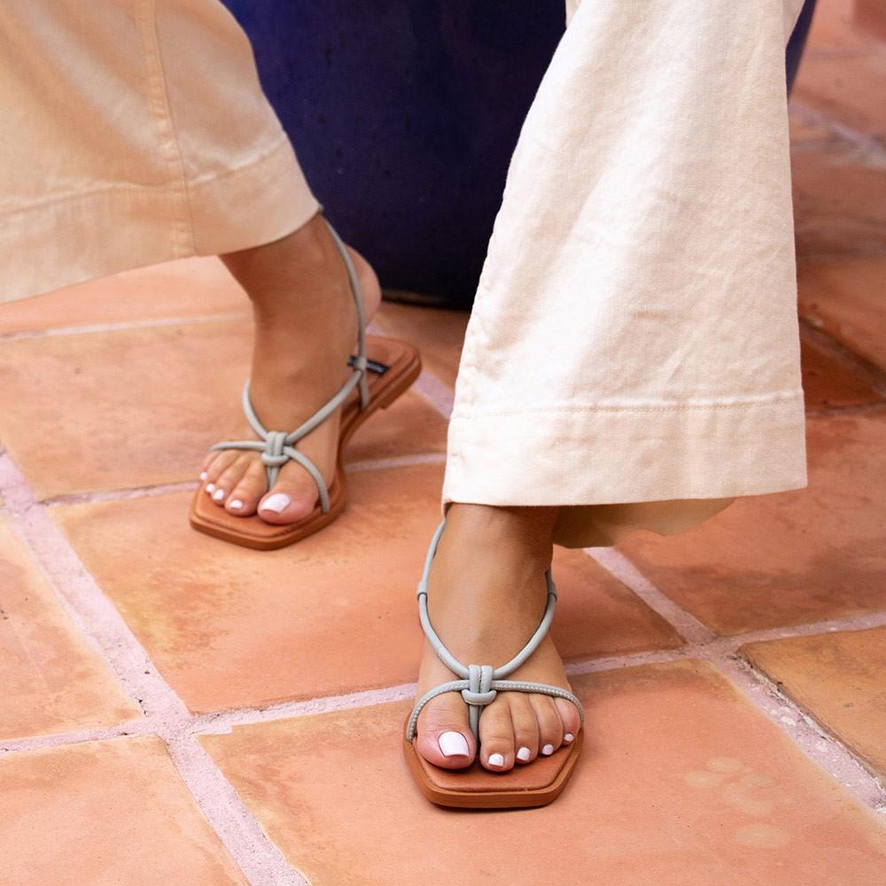Zapatos mujer verde agua TAHERA Sandalias de dedo planas de cuerdas de piel atadas. Verano 2021 Ángel Alarcón 21010-016B