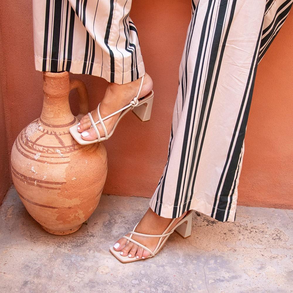 zapatos mujer blancos REHAB Sandalia de dedo atado al tobillo con cuerdas de piel. Verano 2021 Ángel Alarcón 21043-750C