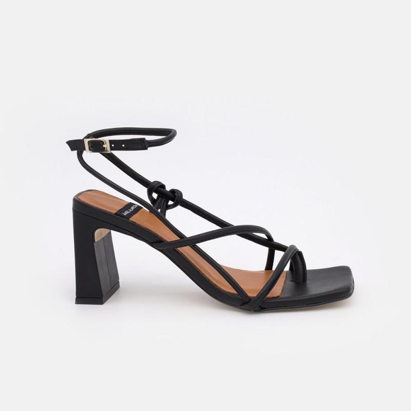 zapatos mujer negros REHAB Sandalia de dedo atado al tobillo con cuerdas de piel. Verano 2021 Ángel Alarcón 21043-750C
