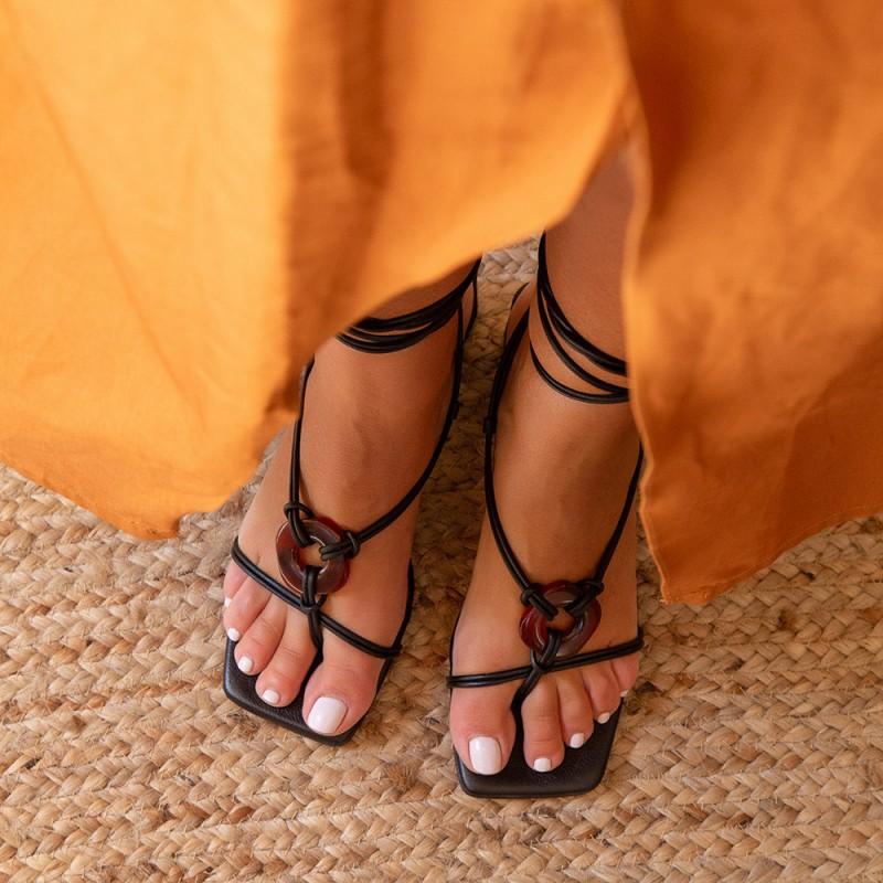 Zapatos mujer cuerdas negras HALIMA Sandalia de cordones atados, de dedo y con adorno. Verano 2021 21032-528B