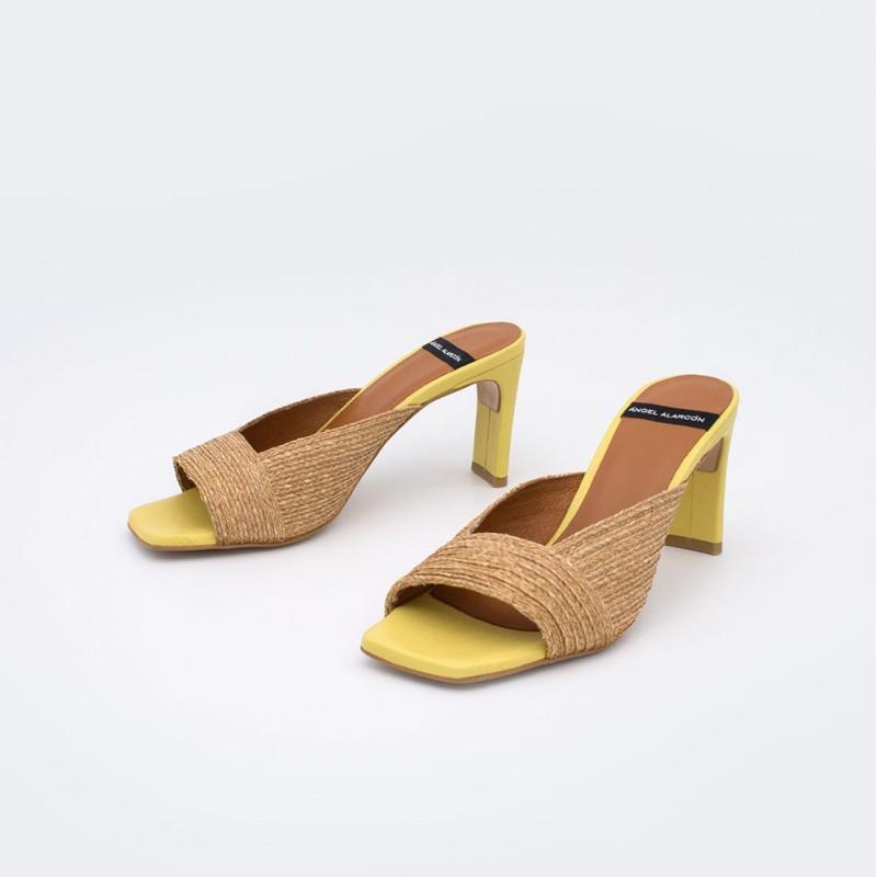 21047-750V piel amarillo y rafia natural SAMAE Mules elegantes de mujer de rafia con tacon verano 20021 Angel Alarcon. Zapatos