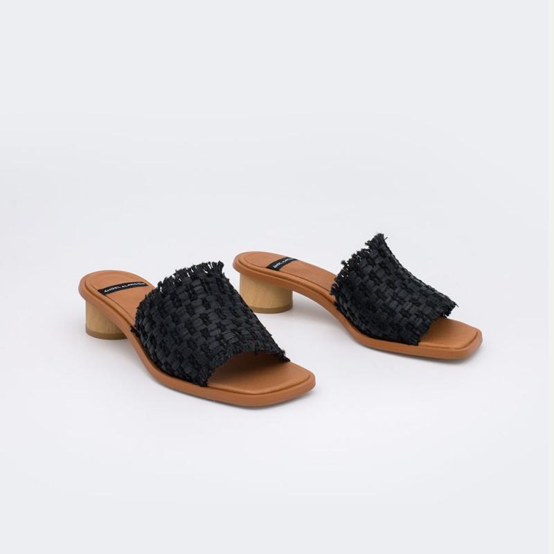21087-361B rafia negro AMAL Mule de rafia con puntera abierta y tacon bajo redondo verano 2021 Angel Alarcon. Zapatos mujer