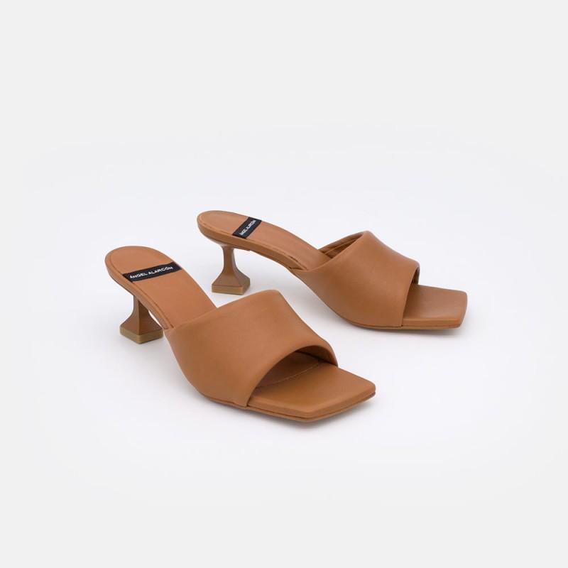 BATOUL color cuero marron Mule acolchado con tacon diferente y asimetrico. Zapatos mujer verano 2021. Ángel Alarcón 21033-529B