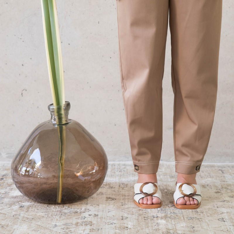 20024 SAONA sandalia baja de mujer con adorno de tacon medio redondo angel alarcon verano 2020 2021