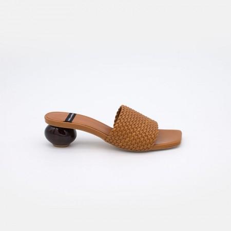 Zapato de color marrón cuero TISBA Mule de pala trenzada con tacón bajo redondo de diseño 21090-145Q VERANO 2021 ANGEL ALARCON