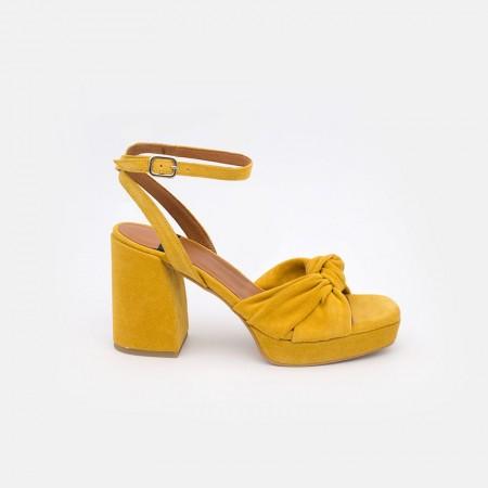 zapatos ante amarillo mostaza LIDO Sandalias de nudo con tacón alto ancho y plataforma. Verano 2021 Angel Alarcon 20037-432G
