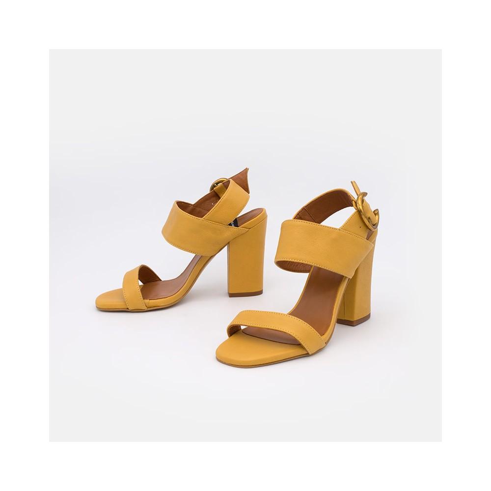 Zapatos de mujer verano 2021 de piel amarillo mostaza. Sandalia de piel con tacón ancho. Angel Alarcon 20009-129A