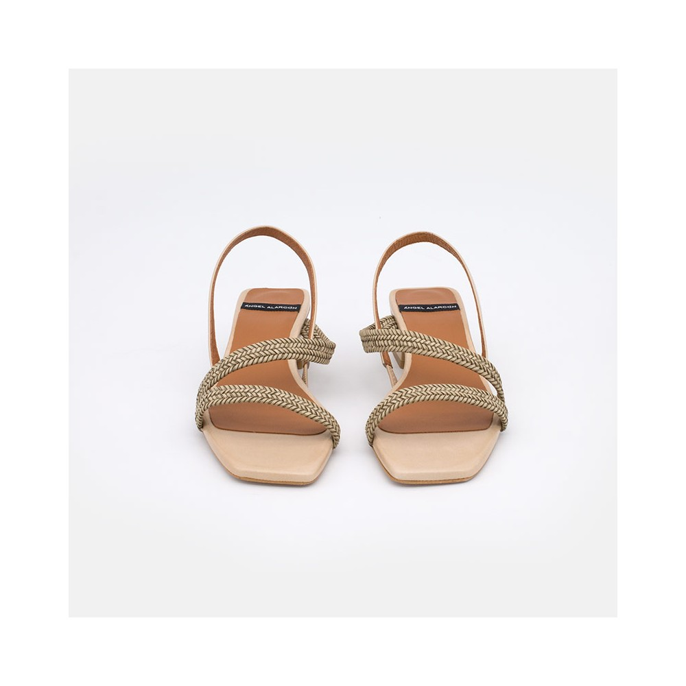 zapatos mujer verano 2021 de piel beige NISIDA Sadalias de piel con tiras trenzadas y tacón bajo. Angel Alarcon 20018-253E