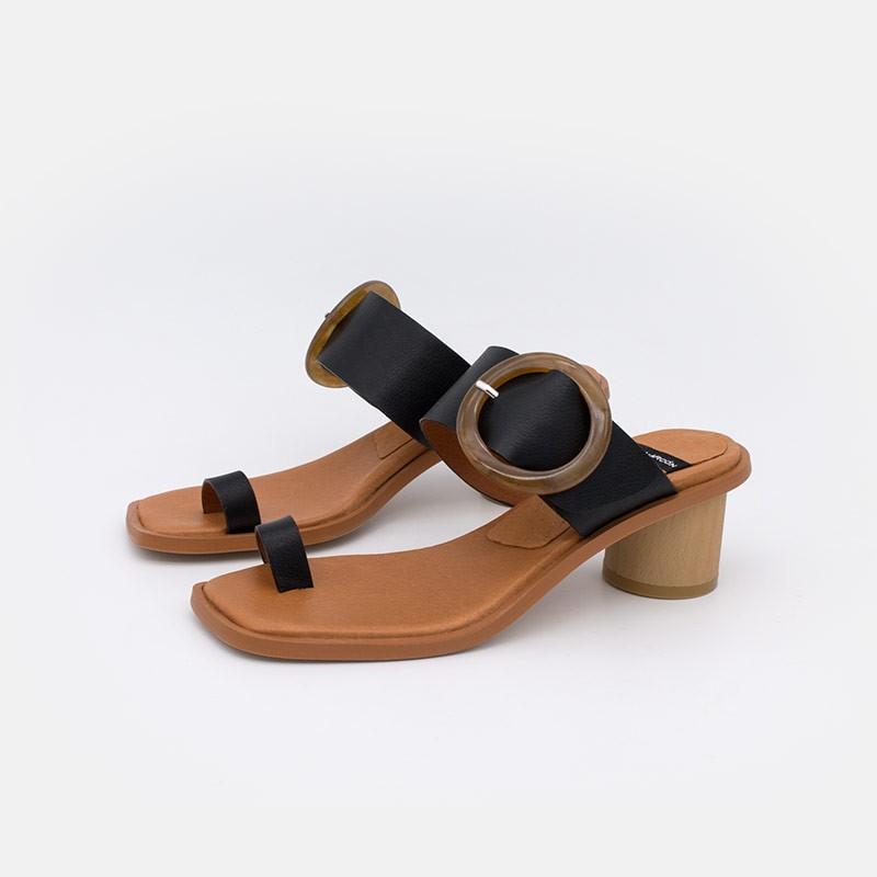 Sandalia de dedo moderna con hebilla grande y tacón bajo. Zapatos negros cuero 20043-361B Ángel Alarcón mujer verano 2021
