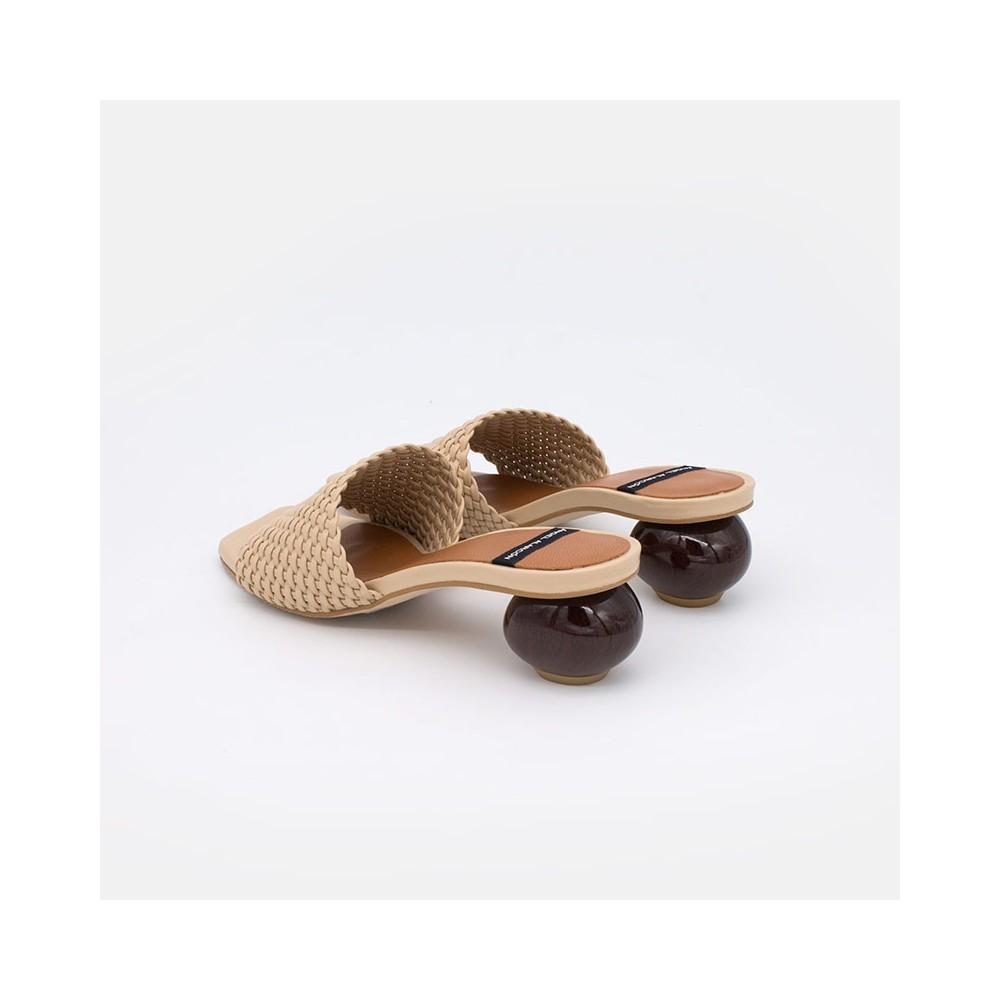 Zapato de color beige cuero TISBA Mule de pala trenzada con tacón bajo redondo de diseño 21090-145Q VERANO 2021 ANGEL ALARCON