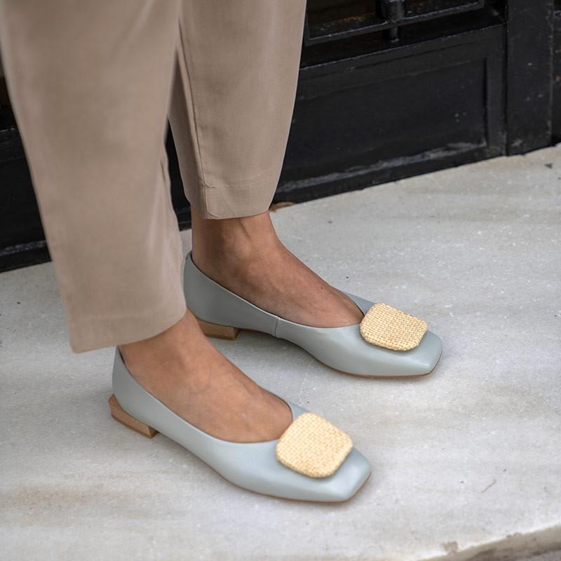 flats azules ZAMBA Bailarina de punta cuadrada con adorno de hebilla. zapatos mujer verano 2021 Angel Alarcon 21060-535A