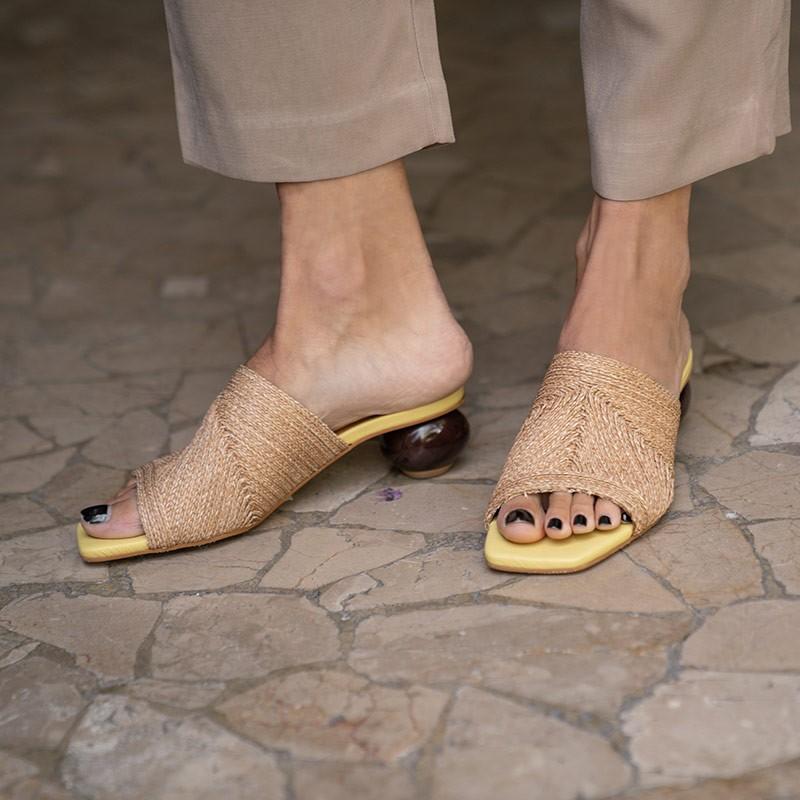 NOURA Mule de rafia natural y piel amarillo con tacón bajo redondo de diseño. Zapatos mujer Ángel Alarcón 21090-145Q verano 2021