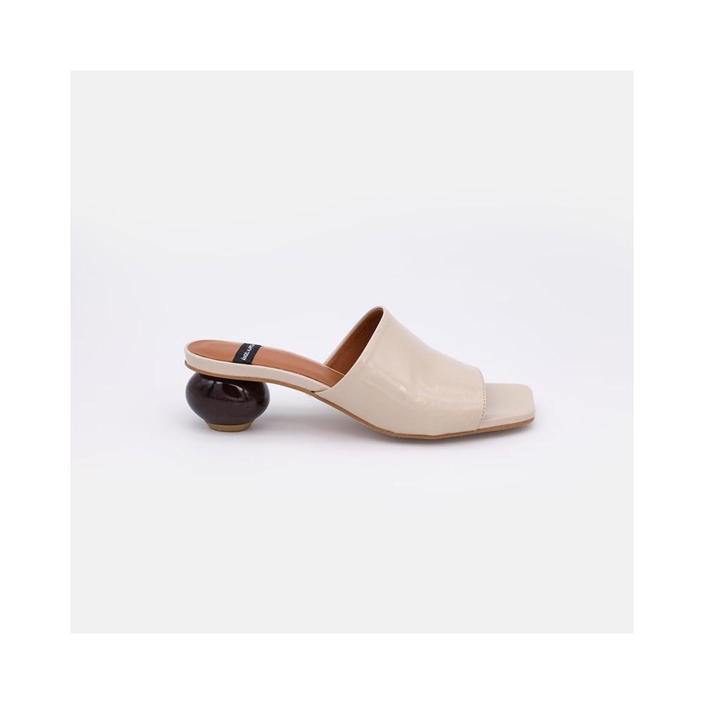 Piel charol beige nude SAMOA Zueco de piel charol de tacón bajo de diseño. Zapatos mujer verano 2021 ángel alarcón 21089-145Q-C