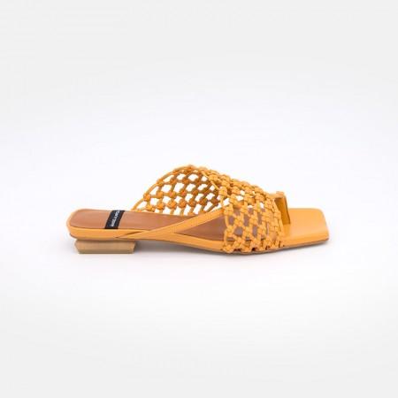Zapatos naranjas ZINEB Sandalia plana de de dedo tipo mule con pala anudada a mano. Ángel Alarcón 21014-979K. Verano 2021