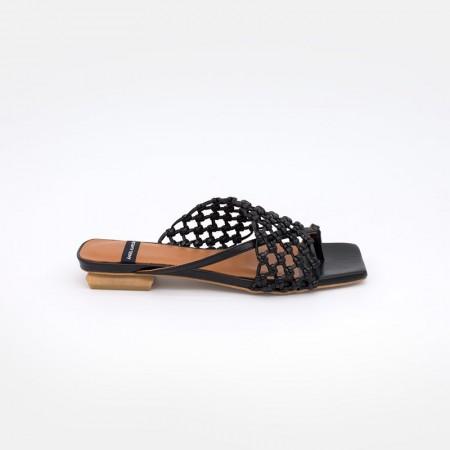 Zapatos negros ZINEB Sandalia plana de de dedo tipo mule con pala anudada a mano. Ángel Alarcón 21014-979K. Verano 2021