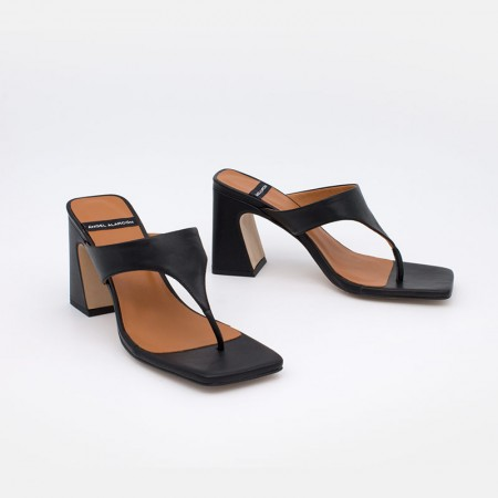 Zapatoa negros de piel. SAFIRA Sandalia de dedo bikini con tacón alto. Ángel Alarcón 21031-526B. Zapatos muejr verano 2021