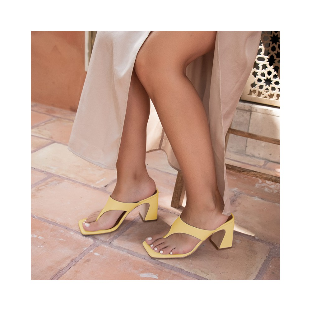 Zapatoa amarillos. SAFIRA Sandalia de dedo bikini con tacón alto. Ángel Alarcón 21031-526B. Zapatos muejr verano 2021
