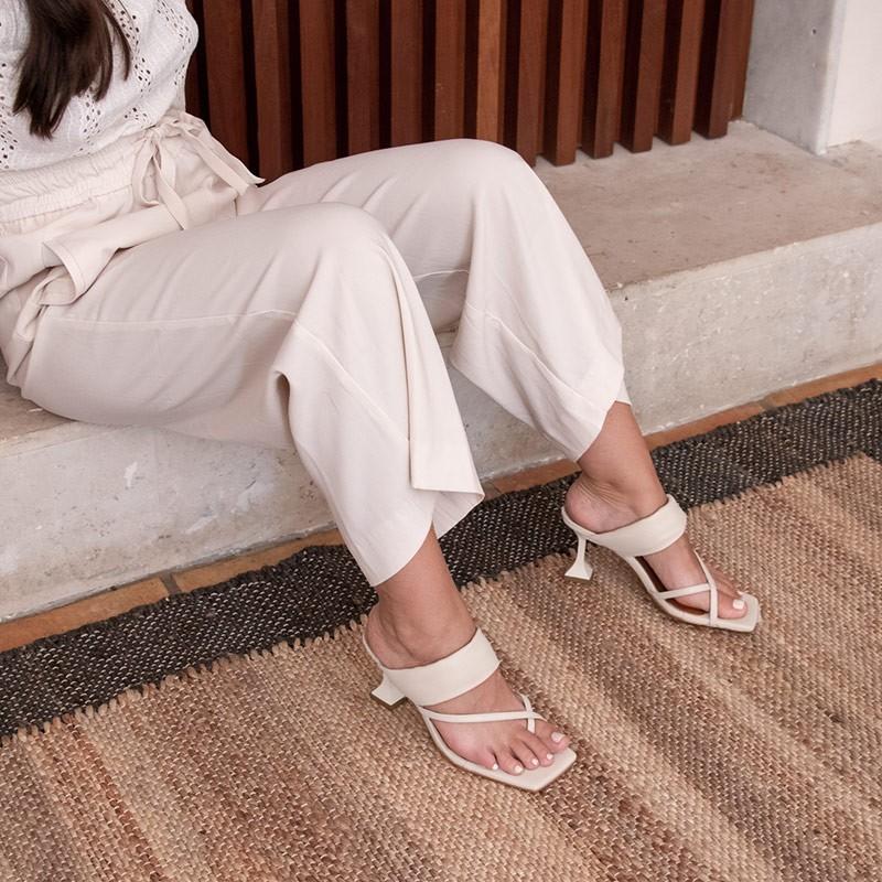 Piel blanco. RANDA Sandalia acolchada de dedo con tacón de diseño. Zapatos mujer Ángel ALarcón 21037-527C