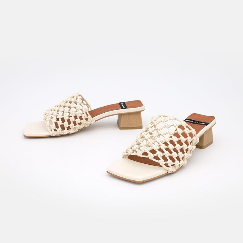 Color blanco y madera NAMIRA Sandalia vegana de mujer con tacón bajo. Zapatos verano 2021. Ángel Alarcón 21016-253I