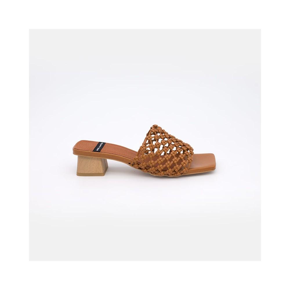 Color cuero marron y madera NAMIRA Sandalia vegana de mujer con tacón bajo. Zapatos verano 2021. Ángel Alarcón 21016-253I